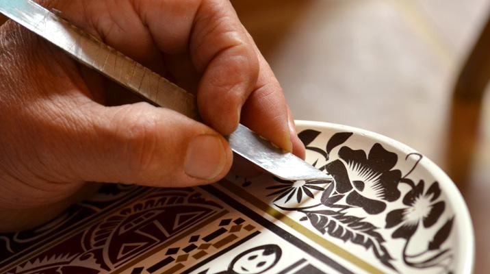 Artesano trabajando con la técnica de Barniz de Pasto 4638f67bd05