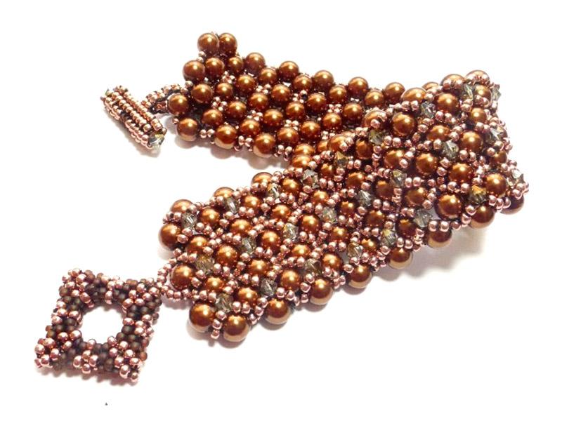 Pulsera elaborada en perlas, mostacillas de vidrio y cristal checo.