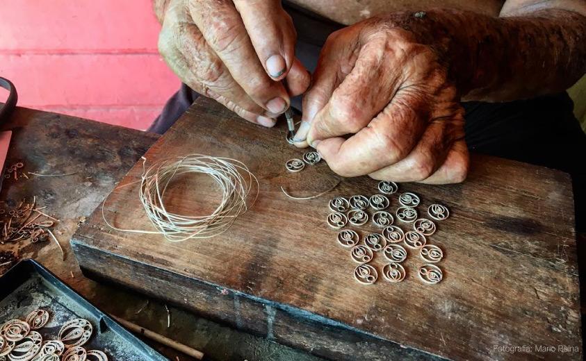 Manos del artesano Simón Villanueva en su mesa de trabajo